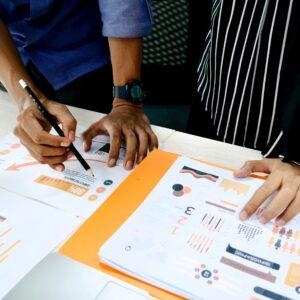 De afbeelding laat zien hoe twee mensen samenwerken aan trendonderzoek